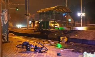 Под Киевом пьяный полицейский протаранил остановку с людьми (18+)