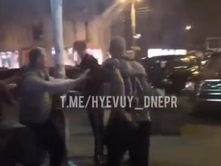В Сети появилось видео жестокой уличной драки в Днепре (18+)