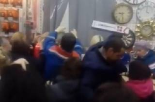 Эпичная драка покупателей в одном из российских магазинов попала на видео