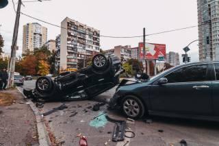 ДТП в Киеве: от сильного удара автомобиль «сделал сальто»
