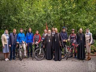 Верующие УПЦ отправились в велопробег от Киево-Печерской до Святогорской лавры с молитвой о мире