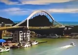 Крушение автомобильного моста на Тайване попало на видео