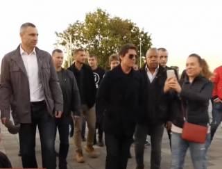 Братья Кличко показали Тому Крузу скандальный стеклянный мост в Киеве