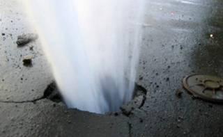 В центре Киева из-под асфальта бьет фонтан кипятка