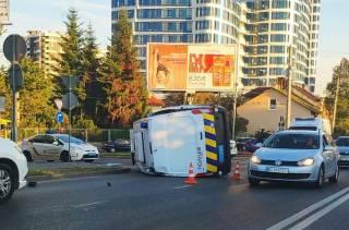 Во Львове патрульные, пытаясь проскочить на красный свет, устроили серьезную аварию
