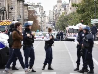 В Париже мужчина зарезал сразу четверых полицейских