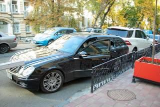 В Киеве в автомобиле Mercedes нашли труп мужчины