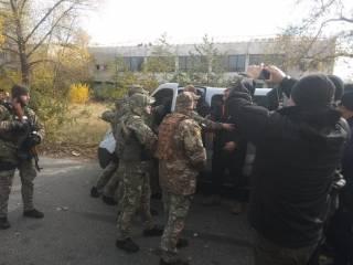 После потасовки со стрельбой нацгвардейцы пропустили колонну добровольцев в Золотое