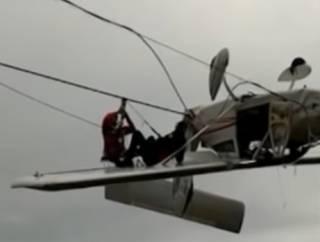 В итальянских горах самолет… запутался в тросах подъемника