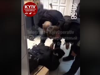 Появилось видео, как в Киеве охранники избили «воришку из Донбасса»