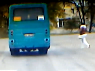 Появилось видео, как в Киеве женщина умышленно бросилась под автобус