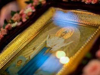 В столичном Покровском монастыре УПЦ тысячи православных отмечают престольный праздник