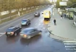 В Житомире автомобиль вылетел на остановку с людьми: появилось видео инцидента