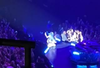 Известная американская певица эпично рухнула со сцены во время странного танца