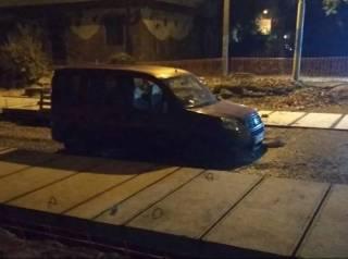 Во Львове пьяный водитель загнал своего «коня» в свежий бетон