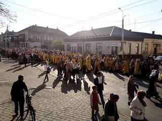 В Луцке тысячи верующих УПЦ прошли крестным ходом по улицам города