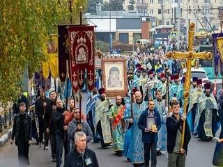 В Сумах тысячи верующих УПЦ прошли крестным ходом с чудотворной иконой Богородицы