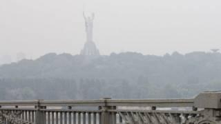 Киев вновь окутал едкий смог. В Институте общественного здоровья рассказали, как защититься