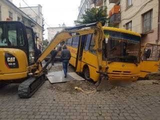 В Черновцах школьный автобус с детьми на скорости влетел в вырытую яму