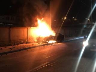 В центре Киева BMW не разминулся со столбом и вспыхнул, как факел