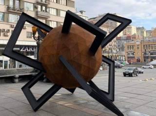 В Киеве на месте памятнику Ленину появилась очередная глубокомысленная инсталляция