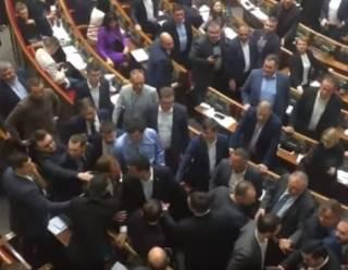 Депутаты устроили первую потасовку в Верховной Раде нового созыва