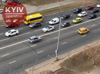 Появилось видео, как в Киеве у маршрутки с пассажирами отвалились сразу два колеса