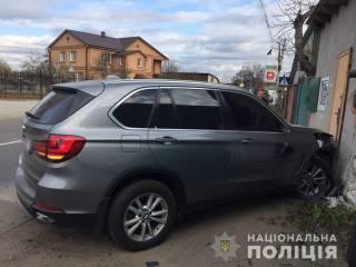 Пьяный водитель BMW сбил беременную женщину и, пытаясь скрыться, врезался в стену дома