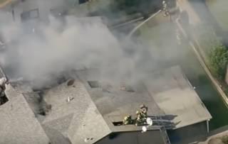 В США самолет рухнул на дом. Не обошлось без жертв