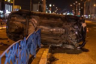 На одной из крупнейших магистралей Киева таксист снес около полутора десятков метров ограждения