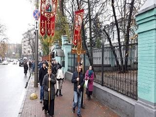 Сторонники УПЦ КП штурмовали апелляционный суд и направились к офису Президента