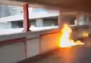 Протесты в Гонконге: митингующие сожгли человека (18+)