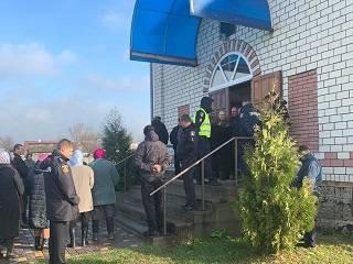 На Ровенщине сторонники ПЦУ срезали замки на дверях храма УПЦ и пытались захватить его