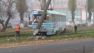 В Одессе трамвай не разминулся со столбом