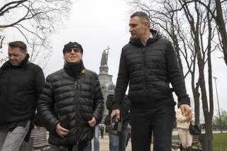 Кличко показал лидеру группы Scorpions свой «стеклянный» мост