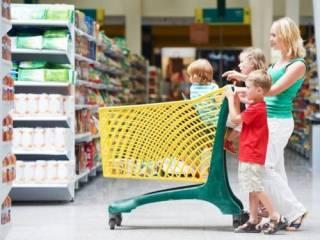 Ученые назвали популярные продукты, которые нельзя давать детям до двух лет