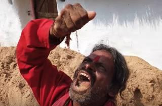 В Индии мужчина от бедности… ест землю