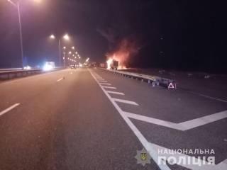 Под Киевом горящая фура спровоцировала ДТП с участием полицейских и спасателей
