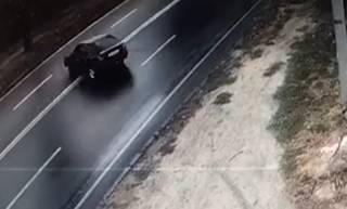 В Днепре автомобиль протаранил остановку общественного транспорта: появилось видео момента ДТП