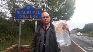 Жителям одной из британских деревень регулярно подбрасывает деньги таинственный незнакомец