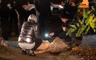 В Киеве на Подоле нашли полуобнаженное тело с веником на голове