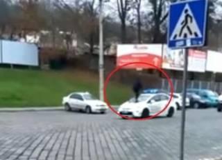 В Черновцах полицейские догнали паренька, который пробежался по их машине