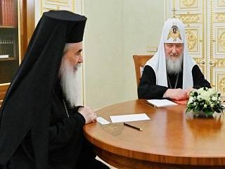 Патриарх Феофил получил из рук Патриарха Кирилла премию за укрепление единства православных народов