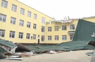 В аннексированном Россией Крыму ураганный ветер сорвал крышу со школы
