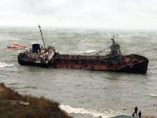 На одесский пляж выбросило танкер с украинцами на борту