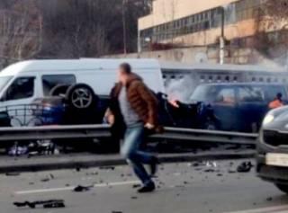 В центре Киева Porsche решил проверить на прочность дорожное ограждение и загорелся