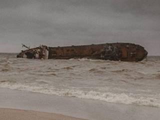 Одесситы массово устраивают фотосессии на фоне потерпевшего крушение танкера Delfi