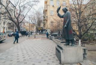 В Киеве памятник известному писателю осквернили свастикой