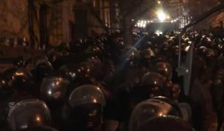 В Тбилиси жестко разогнали митингующих. В ход пошли водометы