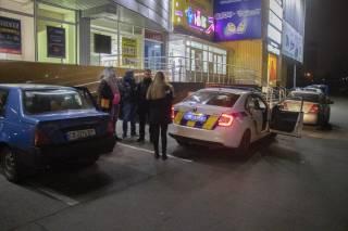 Ночью в Киеве пьяная девушка врезалась в стену дома и пыталась «угостить кофе» копов